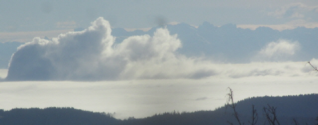Blick vom Feldberg nach Süden über den Hochrhein im Nebel mit den Wolken des AKW Leibstadt bis zu den Alpen am 5.12.2014