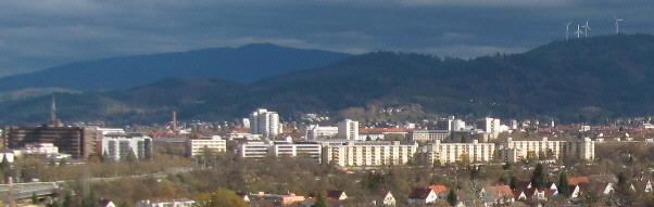 Buggi 50 am 13.11.2010 in Weingarten: Blick nach Nordosten über Freiburg zu Roßkopf (rechts) und Kandel (Mitte oben)