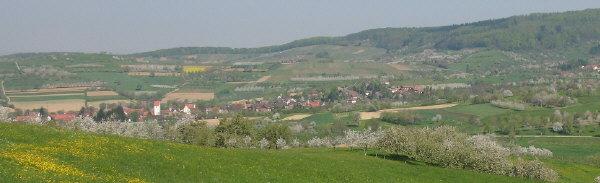 Markgraeflerland: Blick von St.Johannis Breite nach Nordwesten ins Eggenertal auf Obereggenen und Schallsingen (rechts) am 17.4.2007