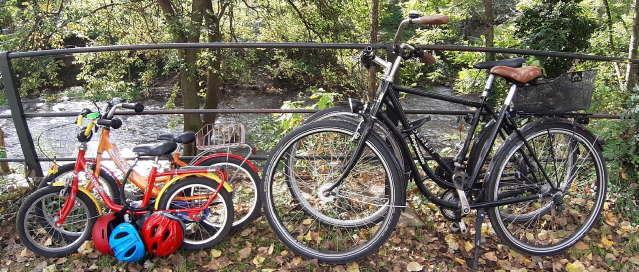 Familie mit dem Fahrrad unterwegs an der Dreisam in Freiburg am 28.9.2019