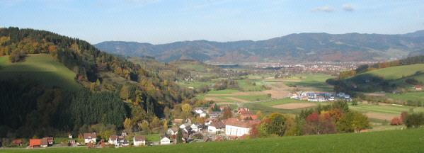 Blick vom Fuß des Winterbergs nach Norden über Oberried, Gewerbegebiet (rechts) und Kirchzarten zum Kandel am 31.10.07