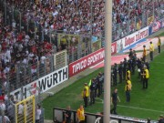 SC schlägt Köln mit 4:1 am 28.4.2012: Die traurigen Kölner Fans links, die jubelnden SC-Fans rechts