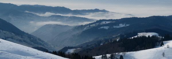 Blick vom Schauinsland bei Freiburg nach Süden übers Münstertal zum nebligen Rheintal am 20.1.2010