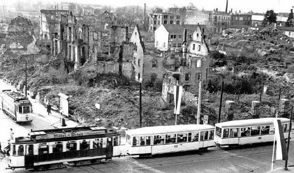 Freiburg am Siegesdenkmal (heute Europaplatz) im Jahr 1950 - links die KaJo