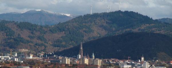 Blick vom Weinberg in St.Georgen nach Nordosten über Freiburg zum schneebedeckten Kandel am 7.11.2010