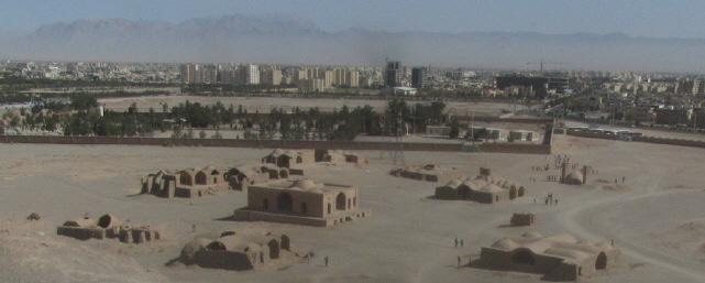 Blick auf Yazd von den Tuermen des Schweigens aus am 13.10.2014