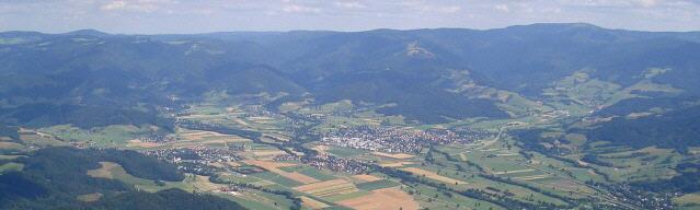 Blick nach Osten ins Dreisamtal bzw. Zartener Becken 2007 zu Stegen, Zarten, Kirchzarten und Oberried (von links)