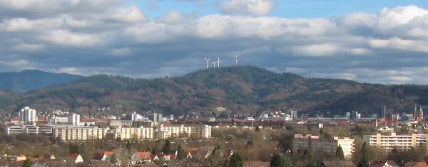Buggi 50 am 13.11.2010 in Weingarten: Tele-Blick nach Osten über Freiburg zu Roßkopf-Windrädern und Kandel (links)