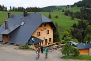 Blick nach Osten zur Erlenbacher Hütte im Mai 2012 - Wanderer und Biker