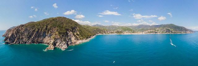 Moneglia mit Camping Smeraldo (links) und Lemegio (rechts oben) an der ligurischen Küste am 29.4.2019
