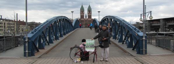 Blick nach Westen über die Wiwili-Brücke (Blaue Brücke) am 8.1.2011 zur Stühlinger-Kirche: Müll-Mahnmal von Franz