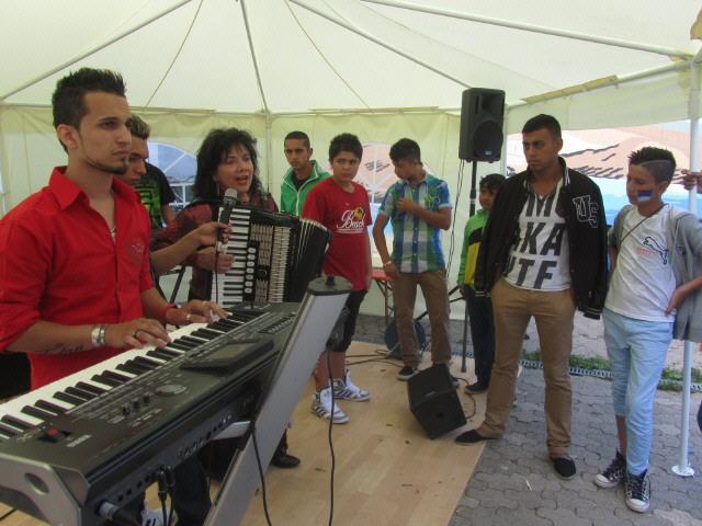Flüchtlingswohnheim 14.7.2012 - Anita Morasch singt
