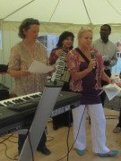 Flüchtlingswohnheim 14.7.2012 - Die Sozialarbeiterinnen begruessen zum Sommerfest