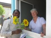Flüchtlingswohnheim 14.7.2012 - Blumen von Herrn Bona an Frau Menzinger