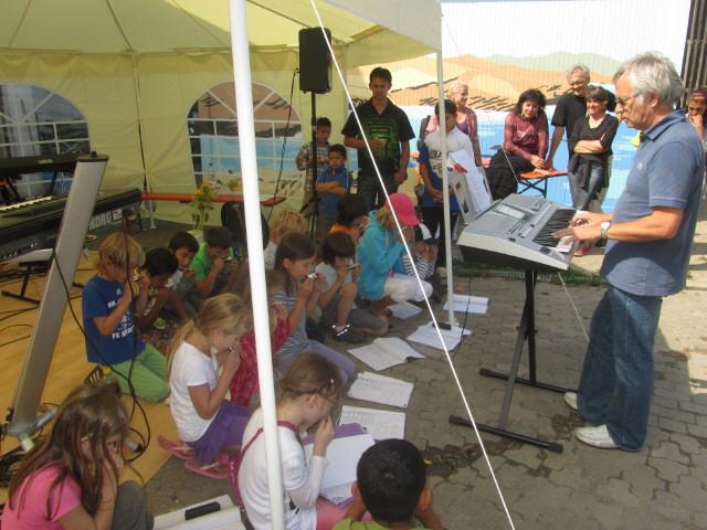 Flüchtlingswohnheim 14.7.2012 - Mundharmonika Klasse 2 der Reinhold-Schneider-Schule