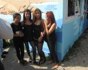 Flüchtlingswohnheim 14.7.2012 - Vier am Container