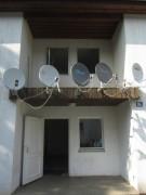 Flüchtlingswohnheim 14.7.2012 - TV-Schüsseln über der Eingangstüre
