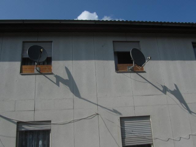 Flüchtlingswohnheim 14.7.2012 - Bretter vor dem Fenster fuers Fernsehen