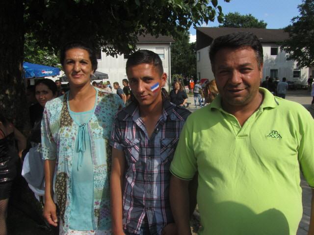 Flüchtlingswohnheim 14.7.2012 - Familie Aliju - Frankreich auf der linken Wange