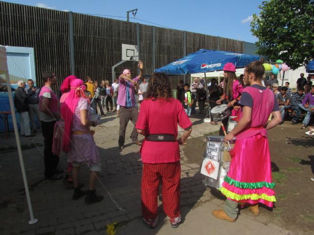 Flüchtlingswohnheim 14.7.2012 - Sambastas trommeln