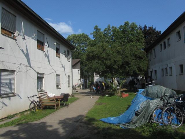 Flüchtlingswohnheim 14.7.2012 - Garten zwischen den Häusern