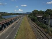 Blick nach Norden am 14.7.2012 - Photovoltaik, B31 und Fluechtligswohnheim (von links)