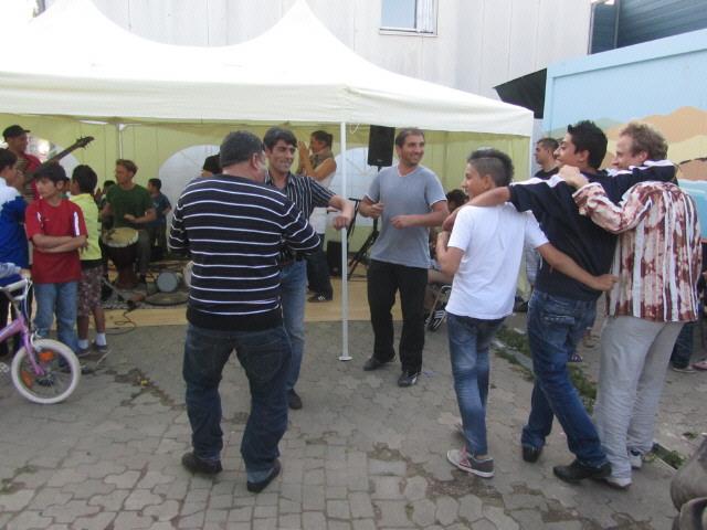 Flüchtlingswohnheim 14.7.2012 - Tanz der Männer