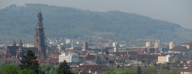 Blick von Herdern nach Süden übers Freiburger Münster zum Schönberg am 10.5.2013 - Vauban hinterm Münsterturm