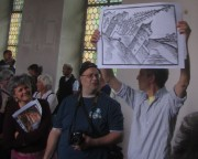 Kartaus 22.7.2012: Ehem. Kirche - Joachim Scheck und Iso Himmelsbach zeigen das Münster beim Erdbeben