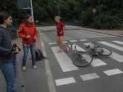 Dreisamuferweg am Sandfang 12.7.2012 - Auto fährt zuerst Rad auf dem Zebrastreifen um und dann davon