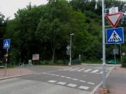 Dreisamuferweg-Radler haben Vorfahrt am Sandfang in FR-Oberau - Gelb markiert Heck des Pkw