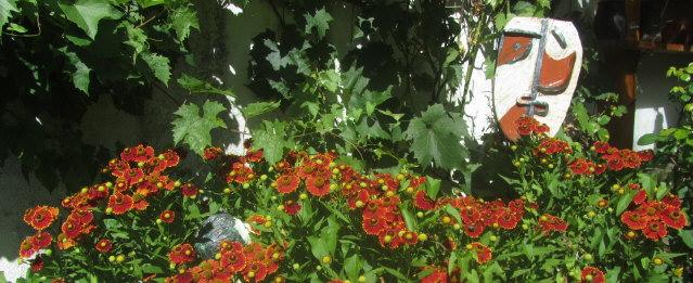 Blumen und Maske unter badischer Sonne am 10. August 2012