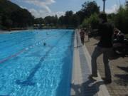 BZ im Strandbad 10.8.2012 - BZ-Redakteur Joachim Röderer schwimmt weltrekordverdächtig - Florian Kech kommt mit dem Video kaum nach