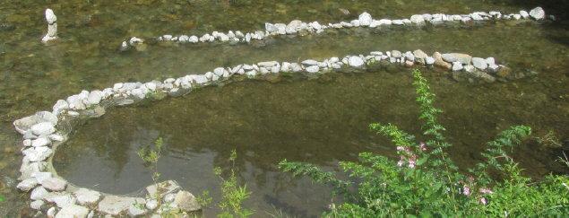 Steine markieren einen See und einen Fluss in der Dreisam am 14.8.2013: Der Fluss im Fluss