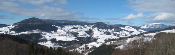 Blick von Rohrberg nach Westen übers Wiesental zu Pfaffenberg, Ittenschwander Horn und Belchen (von links) am 21.2.2010