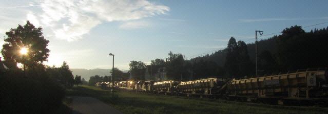 Höllentalbahn Gleisbauzug am 28.9.2012 in der frühen Morgensonne