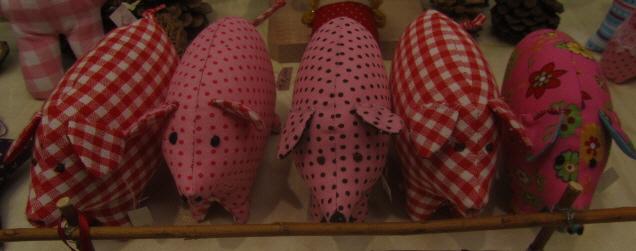 Fünf Glücks-Schweine auf dem Littenweiler Weihnachtsmarkt am 9.12.2012