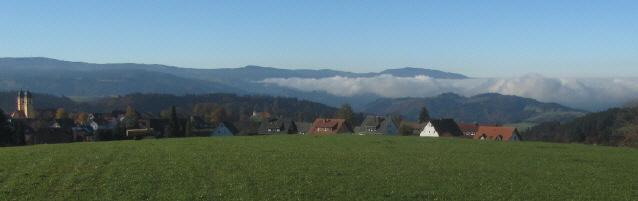 Blick nach Südwesten über St.Märgen und den Dreisamtal-Nebel zum Schauinsland am 23.10.2012