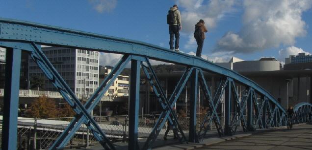 Blaue Brücke bzw. Wiwili-Brücke in Freiburg a 6.11.2012: Die Jugend hält Balance