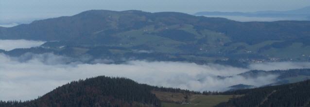 Blick vom Feldberg nach Norden über den Rheintal- und Dreisamtalnebel zum kandel am 25.10.2012 - rechts St. Peter