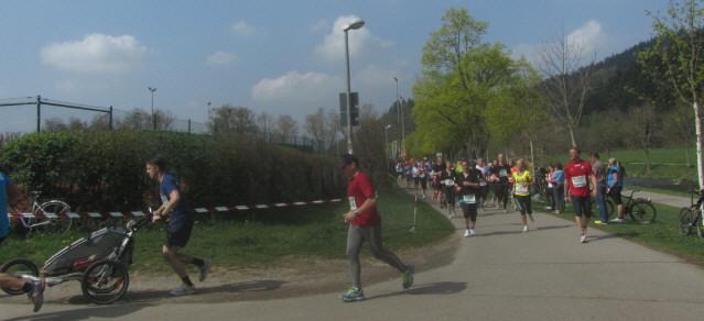Freiburg Marathon am 6.4.2014  beim Abzweig SC-Stadion