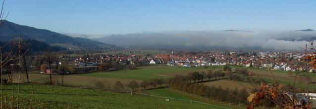 Blick vom Giersberg nach Westen am 15.11.2012 über Kirchzarten ins neblige Dreisamtal mit Freiburg
