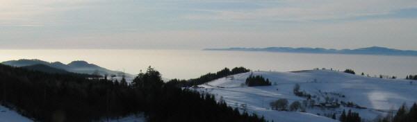 Blick von der Holzschlägermatte nach Norden über Eduardshöhe und Horben zum Rheintal-Nebel am 28.12.2008