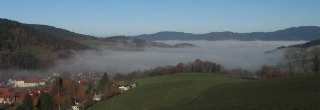 Blick vom Vörlinsbach nach Norden über Oberried und den Dreisamtal-Nebel zum Kandel am 21.11.2012 morgens um 10 Uhr