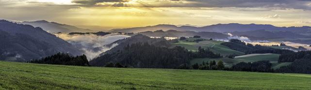 """Blick vom Thurner nach Westen über """"In den Spirzen"""" (links) und """"Auf den Spirzen"""" (Mitte) zu den Rosskopf-Windrädern"""