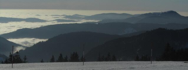 Tele-Blick vom feldberg nach Süden zum Belchen (rechts) am 7.1.2013 - Wiesental und Hochrhein  im Nebel
