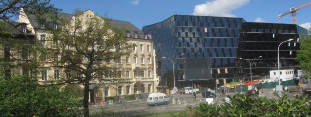 Blick nach Westen am 14.4.2014: Rechts dunkel-wüst der neue Uni-Bibliothekenklotz und links gepflegte Architektur