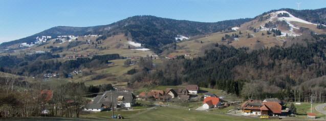 Blick nach Südwesten von Fröhnd-Künaberg übers Wiesental hinüber auf Fröhnd-Ittenschwand am 16.3.2013