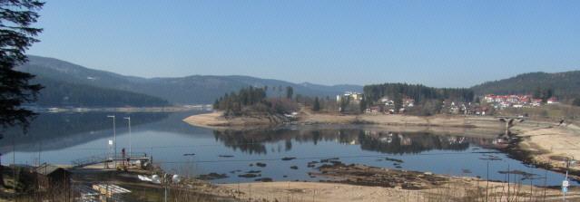 Blick nach Westen auf Schluchsee-Ort am 14.3.2014: Der See hat den tiefsten Wasserstand