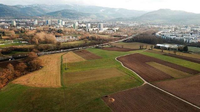 Blick nach Osten über das Dietenbach-Gelände - links Zubringer Mitte mit Dreisam